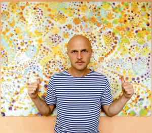 Mitl,malíř a sochař.žije s rodinou v bytě v Praze na Spořilově.